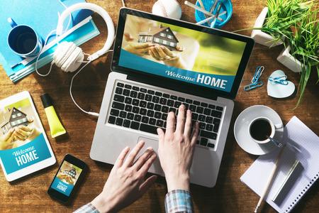 Immobilien-Website auf Laptop-Bildschirm, Tablet und Smartphone verspotten Standard-Bild