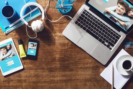 Réseau social connexion de l'utilisateur, site web maquette à l'écran de l'ordinateur, tablette et smartphone
