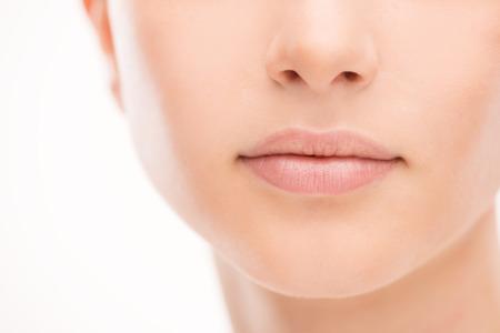 Lèvres pleines de Belle jeune femme Close-up, concept soin parfait