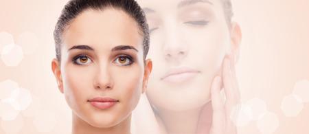 piel rostro: Mujer joven atractiva con piel de la cara brillante sonriendo y posando