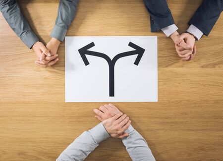 entrevista de trabajo: Dos candidatos tener una entrevista de trabajo el empleador est� a punto de elegir uno de ellos conceptual cantar con flechas en el centro de la vista superior