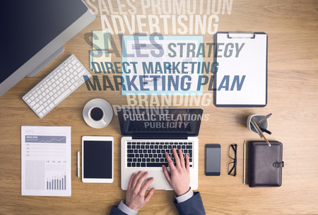 Homme d'affaires travaillant sur un ordinateur portable au bureau d'affaires et de commercialisation des concepts textuels sortir de l'écran de l'ordinateur