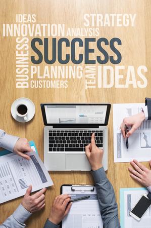 Les mains de l'équipe d'affaires au travail avec des rapports financiers et d'une entreprise d'ordinateur portable et de marketing texte concepts sur le dessus
