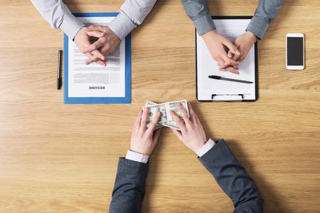 corrupcion: Candidato sobornar al empleador durante un concepto corrupción vista superior entrevista de trabajo