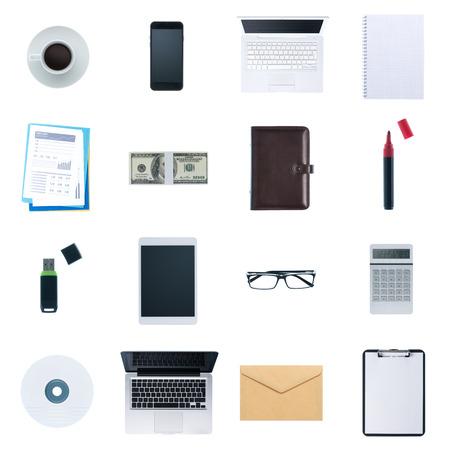 Zakelijke desktop objecten op een witte achtergrond: laptop, tablet, smartphone, rekenmachine usb stick, papierwerk en andere items, bovenaanzicht