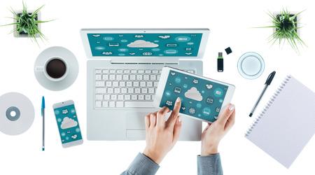 Cloud computing et le concept multiplateforme, l'interface utilisateur sur un ordinateur portable, tablette et smartphone, les mains des femmes touchant une icône