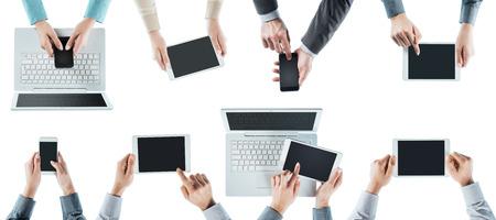 Les gens d'affaires font équipe réseautage social, en utilisant les ordinateurs, les tablettes et les smartphones, vue de dessus, fond blanc Banque d'images