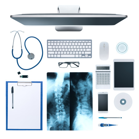 consulta médica: Escritorio del doctor con el equipo médico, equipo y de rayos X de los huesos humanos en el fondo blanco, vista desde arriba