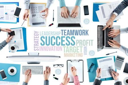 trabajando en equipo: Conceptos de texto de negocios y equipo de negocios que trabajan en escritorio de oficina, durante una reunión, las manos vista superior, la gente irreconocibles, estrategia y concepto de trabajo en equipo Foto de archivo