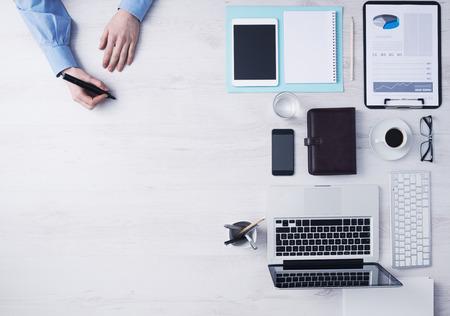 크리 에이 티브 사업가 사무실 책상에서 일하고 오른쪽에 검은 색 마커, 컴퓨터 및 기타 객체와 스케치, 손 세부 상위 뷰