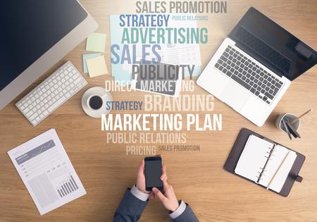 스마트 폰 상위 뷰를 사용하여 사무실 책상에 손을 작업 사업가, 마케팅 및 비즈니스 텍스트 개념을 바탕 위