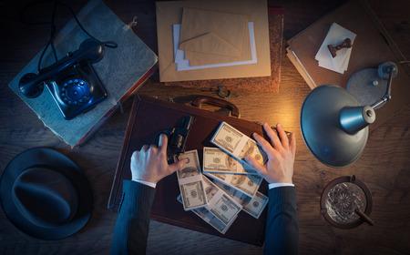 달러 팩, 탑 뷰, 1950 년대 필름 누아르 스타일로 채워진 총과 가죽 서류 가방 빈티지 갱