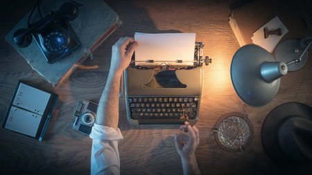 maquina de escribir: 1950 escritorio estilo del periodista de la vendimia, que está trabajando y escribiendo en su máquina de escribir por la noche, vista desde arriba Foto de archivo