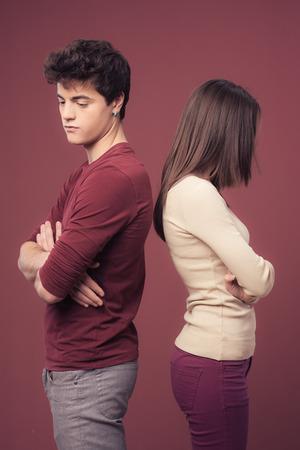 pareja de adolescentes: Joven triste pareja discutiendo y de pie espalda con espalda