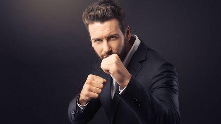 hombre fuerte: Angry empresario agresivo que muestran los puños y listo para atacar