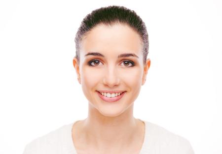 Sourire jolie femme avec une peau radieuse de visage frais posant sur fond blanc Banque d'images