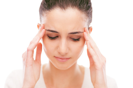 dolor de cabeza: Joven y bella mujer con dolor de cabeza tocando sus templos