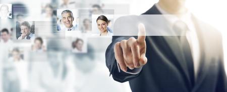 Biznesmen za pomocą interfejsu ekranu dotykowego i naciśnięcie przycisku, ludzie awatary i działalności zespołu na tle Zdjęcie Seryjne