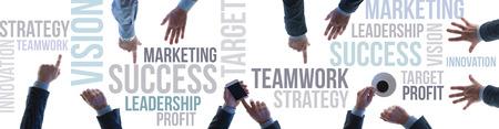 Le succès financier et le travail d'équipe business concept bannière avec les concepts de texte et les mains d'hommes d'affaires vue de dessus