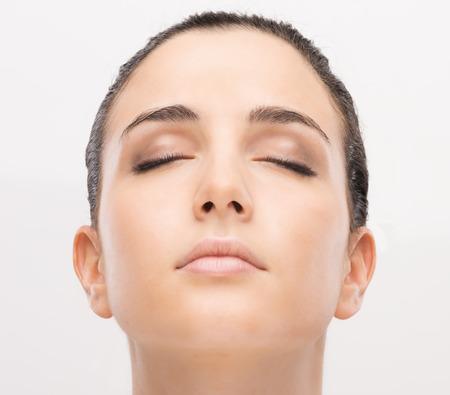 깨끗하고 완벽한 피부와 눈에 아름 다운 젊은 여자의 초상화를 폐쇄