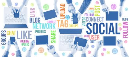 Soziale Netzwerk-Benutzer-Community-Konzept, Geschäftsleute, die Hände mit Tablet, Computer, Smartphones und Social-Networking-Konzepte Lizenzfreie Bilder