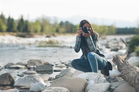 Jeune photographe tir féminin, paysage naturel sur fond