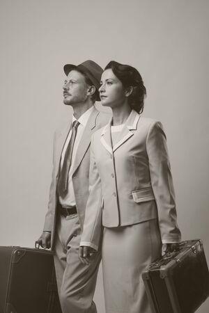 voyage vintage: Élégant, couple, marche vintage et valises holding, concept de Voyage