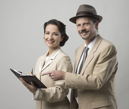 SECRETARIA: la gente de negocios sonriente de la vendimia trabajando juntos, secretario y director de comprobar notas