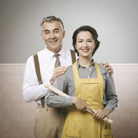 Pareja feliz en la vendimia posando casa y sonriendo a la cámara