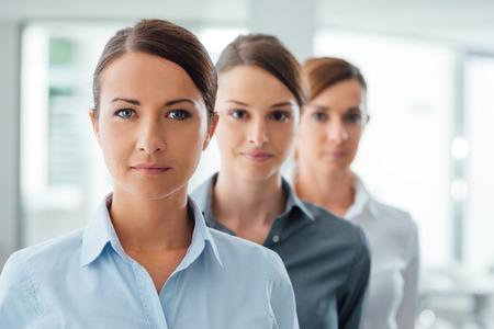 recursos humanos: El éxito de las mujeres de negocios empresarios de pie y sonriendo a la cámara, el empoderamiento y el concepto de determinación