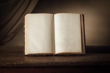 libro abierto: Abrir el libro antiguo en una vieja mesa de madera, el conocimiento y la alfabetización concepto