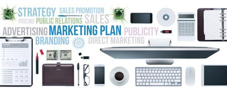 tecnología informatica: Conceptos de marketing y comunicación en un escritorio de negocios con ordenador, tableta y smartphone, vista superior Foto de archivo