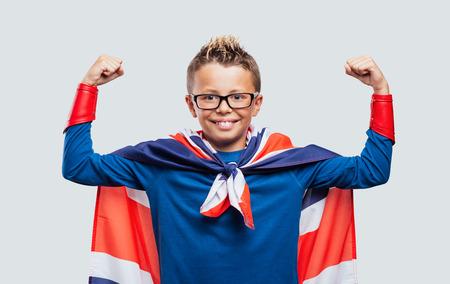 la union hace la fuerza: superh�roe sonriente linda mostrando los m�sculos, que lleva una bandera Union Jack a modo de capa