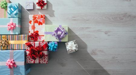 trompo de madera: Un montón de regalos de colores en una vista superior mesa de madera, espacio de la copia en blanco, la celebración y el concepto de Navidad