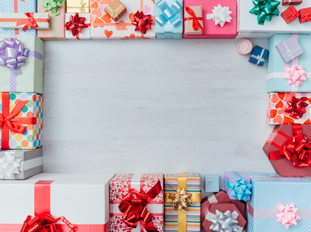 marco cumpleaños: cajas de regalo de colores que enmarcan un espacio de la copia en blanco sobre un escritorio, vista desde arriba, Navidad y celebraciones concepto