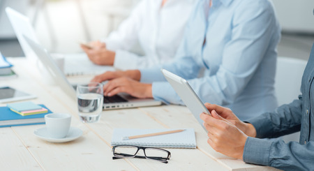 Business team werken op kantoor handen close-up met behulp van laptops en mobiele apparaten, onherkenbare mensen