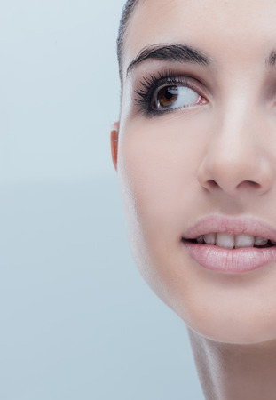 maquillage: Young beautiful woman close-up portrait with perfect glowing face skin