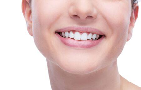 dientes sanos: Hermosa mujer joven y sonriente mostrando una dentadura sana blancos perfectos Foto de archivo