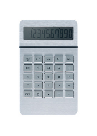Silber metallic Rechner auf weißem Hintergrund und Zahlen auf dem Display