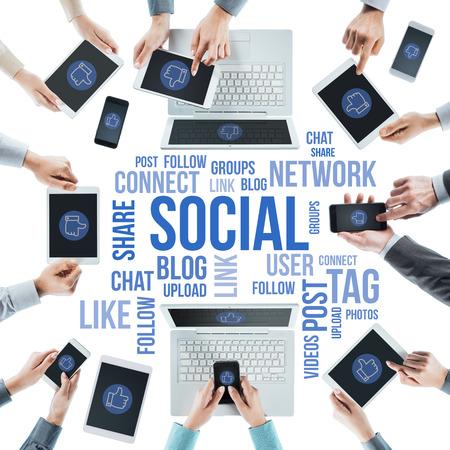비즈니스 사람들이 소셜 네트워킹, 사용하는 컴퓨터, 터치 스크린 태블릿과 스마트 폰, 센터에서 텍스트 개념