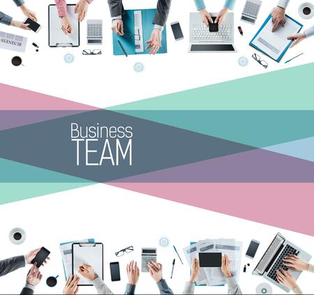 empleado de oficina: La gente de negocios equipo trabajando juntos, las manos vista desde arriba, el trabajo en equipo y la cooperación concepto Foto de archivo