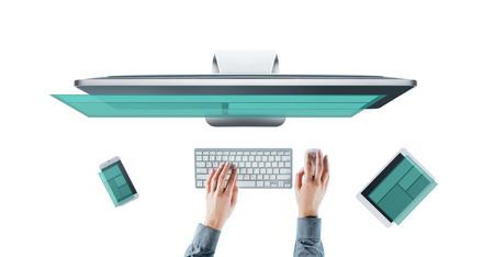 Vrouwelijke web designer en ontwikkelaar werkt aan een responsieve website, handen bovenaanzicht, witte achtergrond