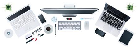 컴퓨터 설정, 디지털 태블릿 및 스마트 폰, 정보 기술 및 다중 플랫폼 개념, 상위 뷰, 흰색 배경 가진 하이테크 비즈니스 데스크탑 스톡 콘텐츠