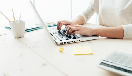 Femme assise à un bureau et travailler à mains informatiques close up Banque d'images - 52944555