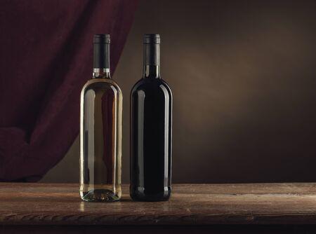 tela blanca: botellas de vino blanco en una mesa de madera r�stica de color rojo y, cubren en el fondo, catas de vino la naturaleza muerta Foto de archivo