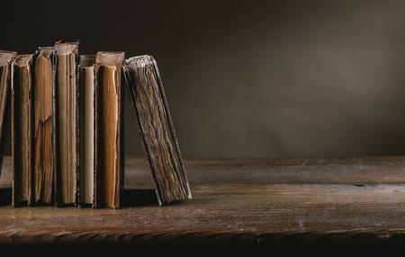 libros antiguos: Los libros antiguos sobre una mesa en ruinas de edad todavía la vida, la alfabetización y el concepto de la sabiduría