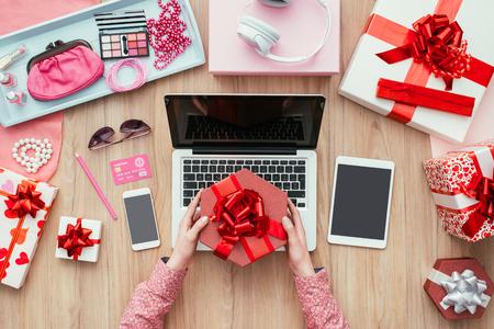 아름 다운 선물을받는 여성 고객, 그녀는 노트북 및 신용 카드, 전자 상거래 및 기술 개념을 사용 하여 온라인 쇼핑