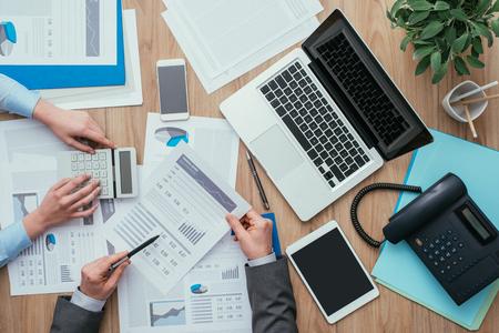Business team werken op kantoor bureau en analyseren van financiële rapportages, finance en accounting concept, bovenaanzicht Stockfoto