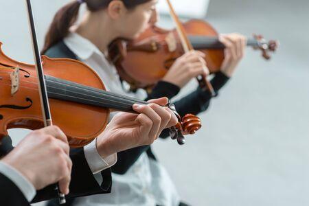함께 손을 수행하는 두 바이올리니스트 가까이, 클래식 음악 콘서트