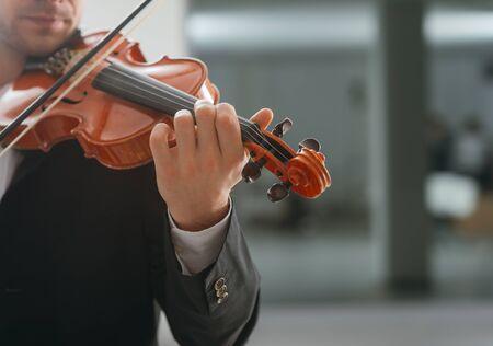 violinista: Violinista talentoso y el rendimiento clásica solista reproductor de música, copia espacio en blanco en la derecha